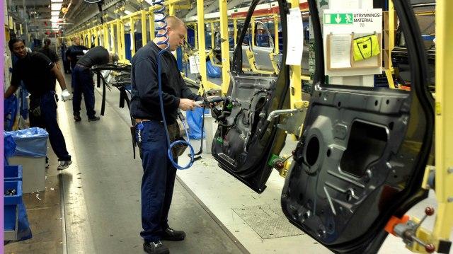 En montör färdigställer en bildörr på Volvo Cars
