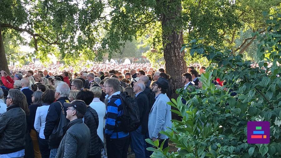 Folksamling framför scenen i Almedalen
