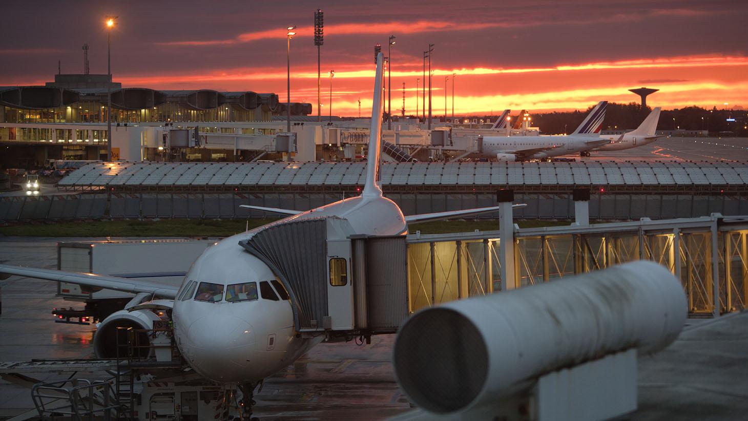 Flygplats i kvällsljus
