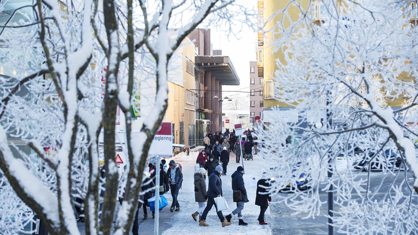 Människor på väg till bussen en vacker vinterdag