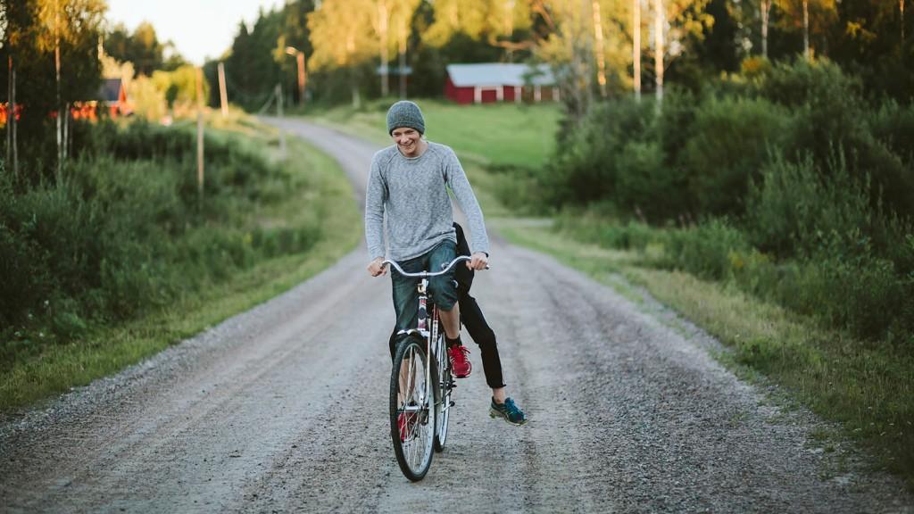 cykeltur på en grusväg