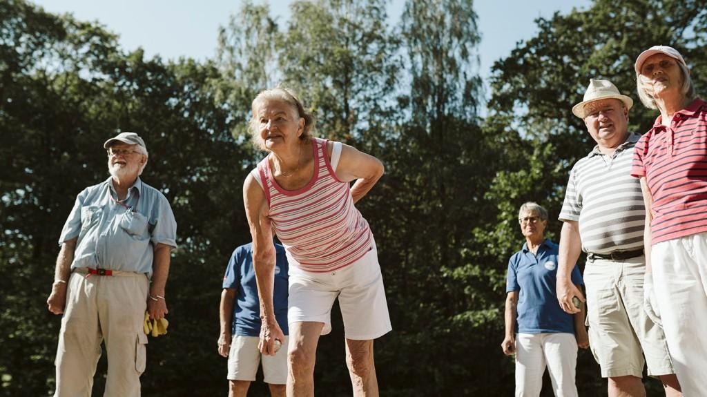 kvinnor och män spelar boule