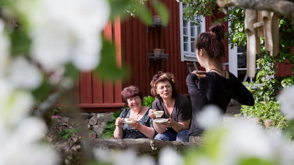 Kvinnor i trädgården